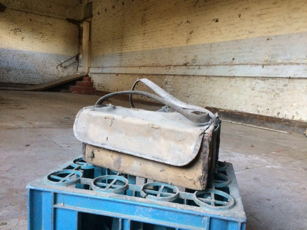 Une musette de galibot dans la salle arrière de La Musette à Guesnain.